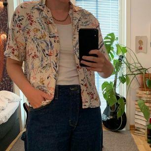 Jag säljer mina somriga hawaii skjorta från Pull&Bear. Stl S. Säljes för 110kr+frakt