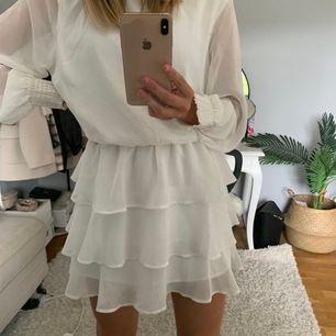 SÄLJER denna fina somriga klänning i strl 36💞 Klänningen är i fint skick och använd få gånger! (KÖPAREN STÅR FÖR FRAKT)