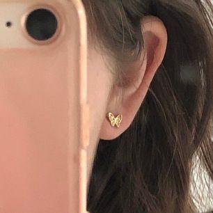 Jättesöta örhängen som jag köpte på plick. Älskar dem men är känslig för vissa örhängen o dessa funkade inte:( Säljaren trodde dem köpts på glitter och jag gissar att dem är gjorda av nickel. Säljer för 40 inkl frakt!✨☺️🌸