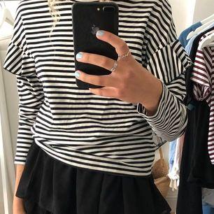 En svart vit långärmad med volanger på armarna från hm. Jättefin till både jeans eller kjol. Strl S. Köpare står för frakt💗