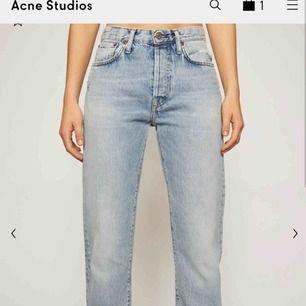 SKIT SNYGGA acne jeans från deras blå konst kollektion! säljes pga försmå men sitter skitsnyggt på! Skriv för fler bilder! Pris går att diskuteras!