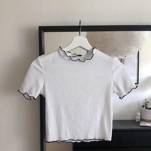 Vit T-shirt med svarta konturer från Zara, storlek S💝