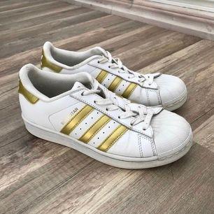 (REUPLOAD) Säljer dessa skorna från adidas som är i fin skick pågrund av att dom är för små för mig. Köparen står för frakten, vill bli av med dessa så fort som möjligt