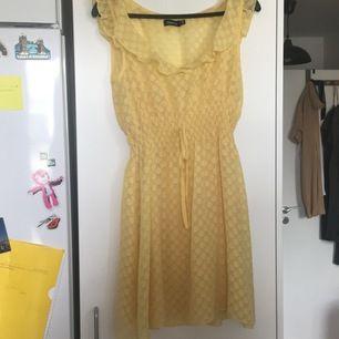 Gul sommarklänning. Gul underklänning med spagetti-straps och en genomskinlig gulprickig klänning över. ( klänningen under är avtagbar)