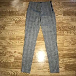 Grå rutiga kostymbyxor i mjuk skönt material. Är köpte på only för cirka ett halv år sedan. Aldrig använda, endast vid testning.
