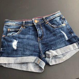 Mörkblå jeans shorts från bershka som inte längre passar.