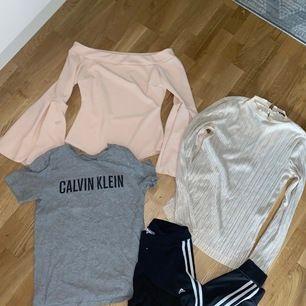 Hej! Jag säljer 2 kassar fyllda med kläder, paketpris: 100 kr. Bilder på några utav kläderna med det är inte allt. Har skrivit en lista på alla kläder som finns i kassarna. Hämtas i stockholm. Märken: Calvin Klein, adidas, Gina trickot, bik bok, vero Moda