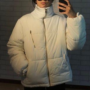 Det är en varm skön vit vinterjacka i storlek 170 från Cubus. jag väljer att sälja jackan eftersom jag har för många dragkedjorna är i färgen rosa guld.