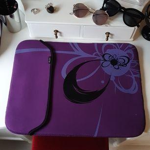 Laptopväska/skydd, går att vränga så man kan välja vilken av färgerna man vill ha. 41×31 cm. Frakt tillkommer.