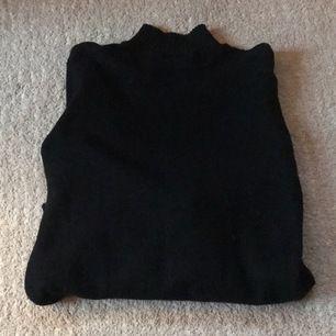 Supermysig svart stickad tröja med lagom mycket polokrage! 🥰🥰 Superfin som den är men skulle även vara perfekt för den som vill prova att DIYa en stickad väst 🧚🏼 Spårbar frakt 63kr, hör av er vid frågor eller intresse ❤️