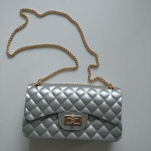Säljer denna lilla väskan som aldrig blivit använd. Materialet är i typ gummi men väskan ser lyxig ut. Guld kedjan är fin 🤷♀️ Frakt på 60:- tillkommer