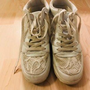 Snygga vita sneakers m hög sula