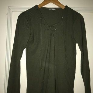 Grön långarmad tröja med snörning från Cubus💕