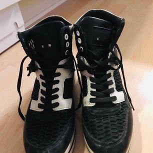 Snygga vit/svart sneakers m hög sula stl 40