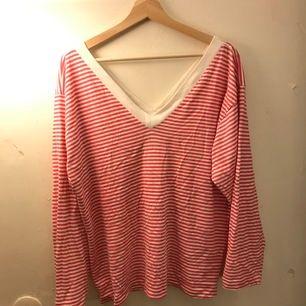 En rosa randig v-Neck tröja från Josephine i storlek Large