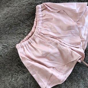 Rosa shorts i silkesliknande material. Som nya, strl S.