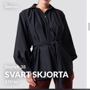 Svart skjorta ifrån NAKD i storlek 38. Bra skick, skön och lite oversized. Säljer för 150 kr, nypris 399 kr.