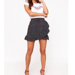 Superfin kjol från PLT som tyvärr vart för liten för mig. Den är endast provad ligger med etikett i sin förpackning. Den har en dragkedja på sidan. 150kr inkl frakt.