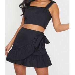 Superfin kjol från PLT som man knyter själv runt midjan. Tyvärr vart den för kort för mig. Helt oanvänd enbart testat. Ligger med etiketter i förpackning. 150kr inkl frakt 🌸