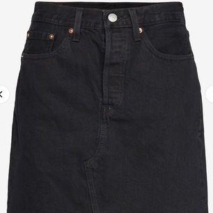 Kort denim kjol, storlek S passar även Xs. Aldrig använd (köpt för 450kr)