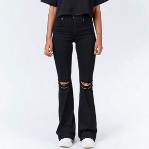 """Svarta bootcut macy jeans med hål vid knäna från dr denim. Storlek: S/30"""". Nypris: 500kr"""