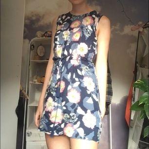 mörk blå blommig klänning från indiska som går att styla på ett flertal sätt. storlek xs, men skulle säja att den passar på s med. Frakt tillkoms, men kan annars mötas kring Göteborg🌻