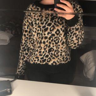Leopard mönstrad stickad tröja från Cubus i storlek M. Nypris: 300kr