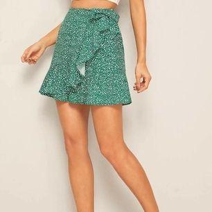 Säljer den här jätte fina gröna wrap-kjolen. Buda!
