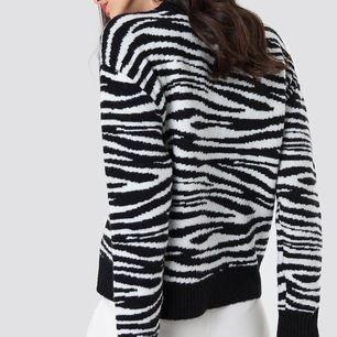 Zebramönster stickad tröja från Na-Kd i storlek M. Nypris: 500