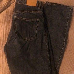 mörkblåa straight leg jeans från monki i modellen ikmo! använda fåtal gånger så i väldigt fint skick 🌿 storlek 28