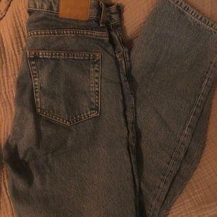 säljer mina straight leg blåa jeans från weekday i modellen voyage ! superfint skick och bara använt fåtal gånger 🌿 storlek 28/32