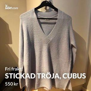 Stickad tröja som är köpt från Cubus. Storlek XS/S, men lång och stor i storleken så passar M/L. Aldrig använd, bara testad en gång. Uringad, ljus blå stickad tröja. Nypris 599 kr.  Betalas med Swish