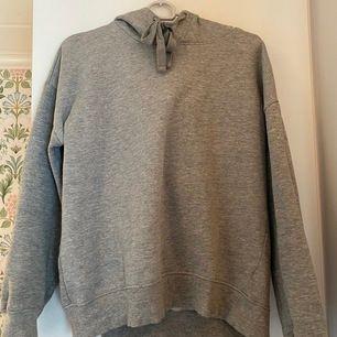 Säljer en grå hoodie ifrån lager157 eftersom jag har två gråa hoodies. Jättebra skick och skönt material!