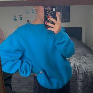 Vintage-aktig tröja i stark blå färg! Mjuk på insidan och enligt mig en perfekt oversize tröja, så passar vem som helst. Många är intresserade så buda gärna! Budet nu ligger på 200kr med frakt