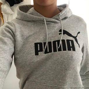 Snygg hoodie från Puma i storlek S, har använts mycket men är ändå i bra skick.