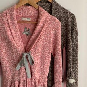 Säljer mina två odd Molly koftor, en i rosa med grått band och en i brun med ljusrosa band 😍 Den rosa är i storlek 0 som motsvarar xs, och bruna i strl 1 som motsvarar xs-s! Ingen större skillnad på storlekarna :) 150krst + frakt