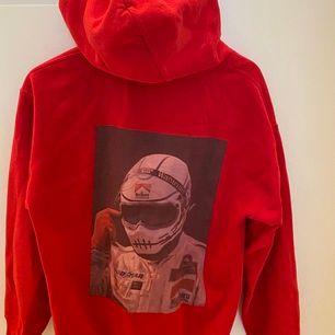 En väldigt unik hoodie! Köpt för ca 1000 svenska kronor för något år sedan från shadowhill. 🚘 Mycket cool dock är en bit av fickan där fram borta (som du ser på bilden). Men annars i gott skick 🔆