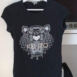 En så snygg T-shirt från Kenzo i storlek 16 år men passar som en XS eller liten S - 129kr + frakt 😊