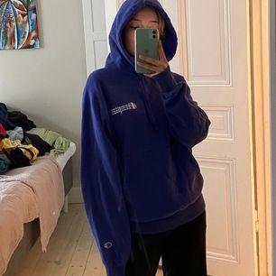 Säljer denna champion hoodie köpt i usa den är från mansavdelningen så den sitter oversized men är i storlek S🔆