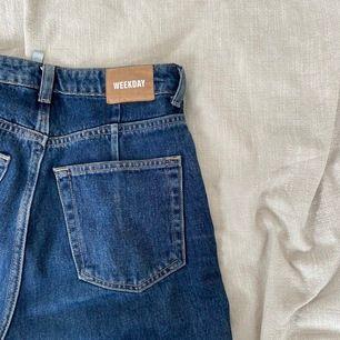 Har köpt från annan på Plick men fick aldrig användning för jeansen. Passar även bra om man har storleken 25/32 eftersom att jeansen är lite lösare!! Köpare betalar frakt :))