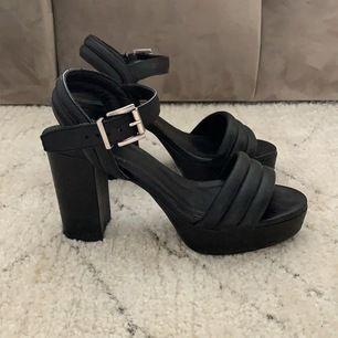 Säljer de bekvämastes skrorna som finns!! Använda 1 gång! Säljer på grund av att jag redan är väldigt lång. Använder därför inte skorna eftersom det är plåttå. Fint skick och SÅ värda!! Lovar er! 😍