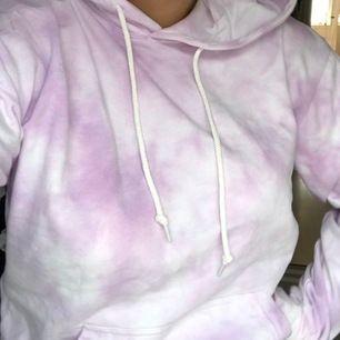 Säljer denna supercoola lila tiedye hoodien i strl M har även i blått!!💞 Köparen står för frakt 66kr (ENDAST PROVAD)