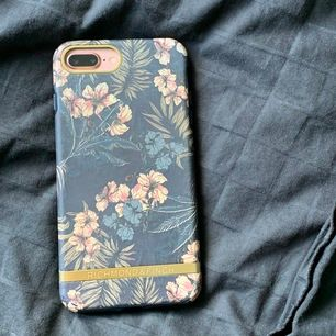 Mobilskal från richmond & finch som passar till iPhone 7 och 8 plus. Skalet är i fint skick, frakten är gratis. Köpt för 349kr⚡️💞💫