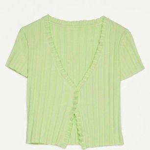 Säljer denna snygga gröna kofta från bershka, storlek S 💚💚 Först till kvarn
