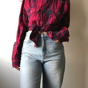 Röd rutig skjorta i flanellstil från Crocker. Superfin både knuten och utsläppt. Storlek medium men sitter fint oversized på mig som är storlek S. 100% bomull.