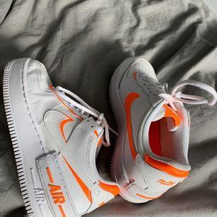 Säljer dessa slutsålda Nike air force 1 med orangea detaljer. Använda några gånger. Delar med köpare på spårbar fraktkostnad. Ledande bud: 1200 + frakt.  Avslutar budningen på lördag!