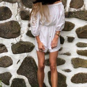 Säljer denna söta & somriga jumpsuit från Forever New. Använd ca 2 gånger & har sen dess bara hängt i garderoben. Startpris 150kr men ni är välkomna att buda i kommentarerna 💘🦄🦋☀️🌸💐 skriv gärna om ni vill ha fler/ bättre bilder