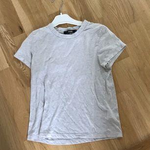En vanlig grå tshirt från bikbok