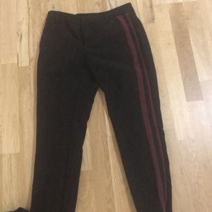 Svarta kostymbyxor från Kappahl storlek 36! Med streck!