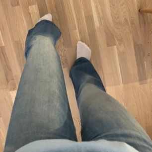 Ett par snygga ljusblåa bootcut jeans från Crocker i modellen Pow flare, storlek 23/32. Kan mötas upp i centrala Stockholm. Köparen står för fraktkostnad. Kom gärna med andra bud!